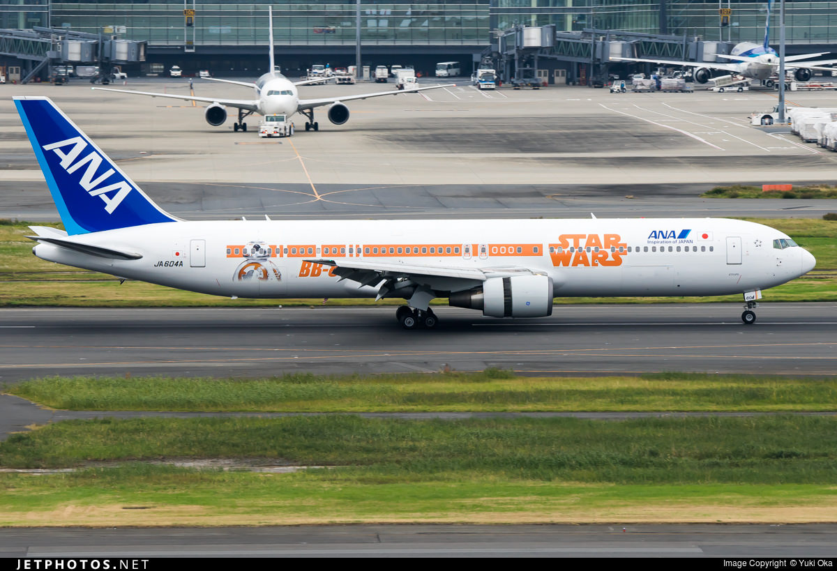The BB-8 side of ANA's Star Wars 767.