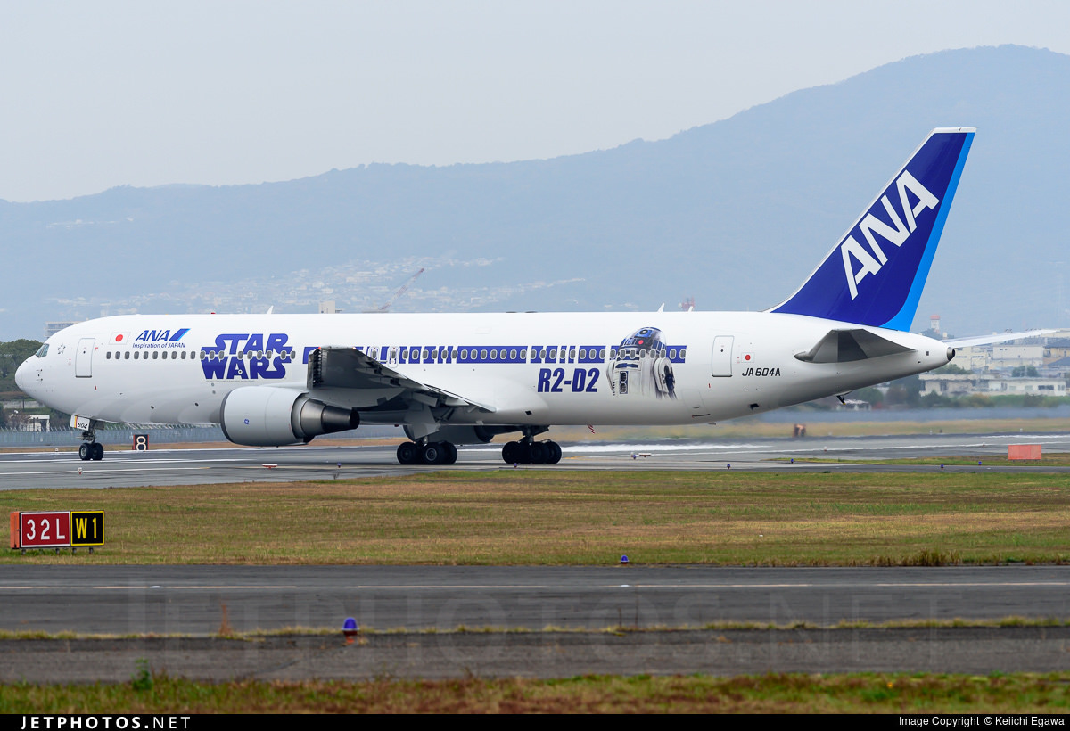 The R2-D2 side of ANA's Star Wars 767