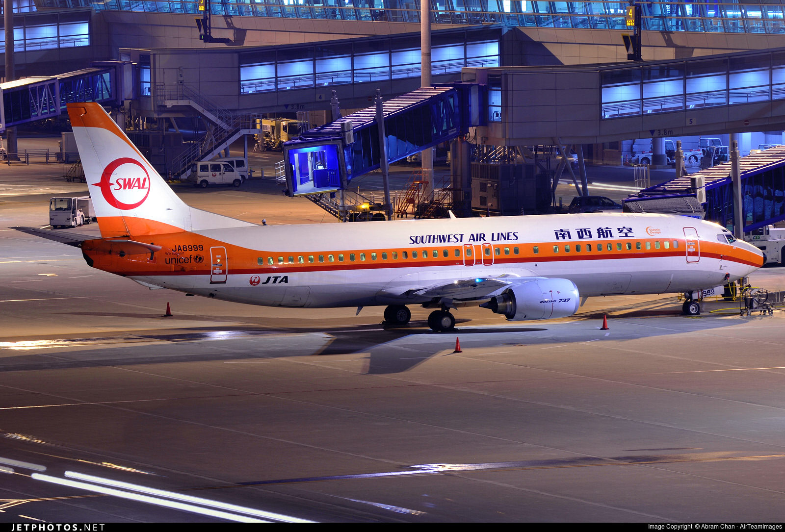 Japan TransOcean Airlines' retro Southwest Air Lines livery.