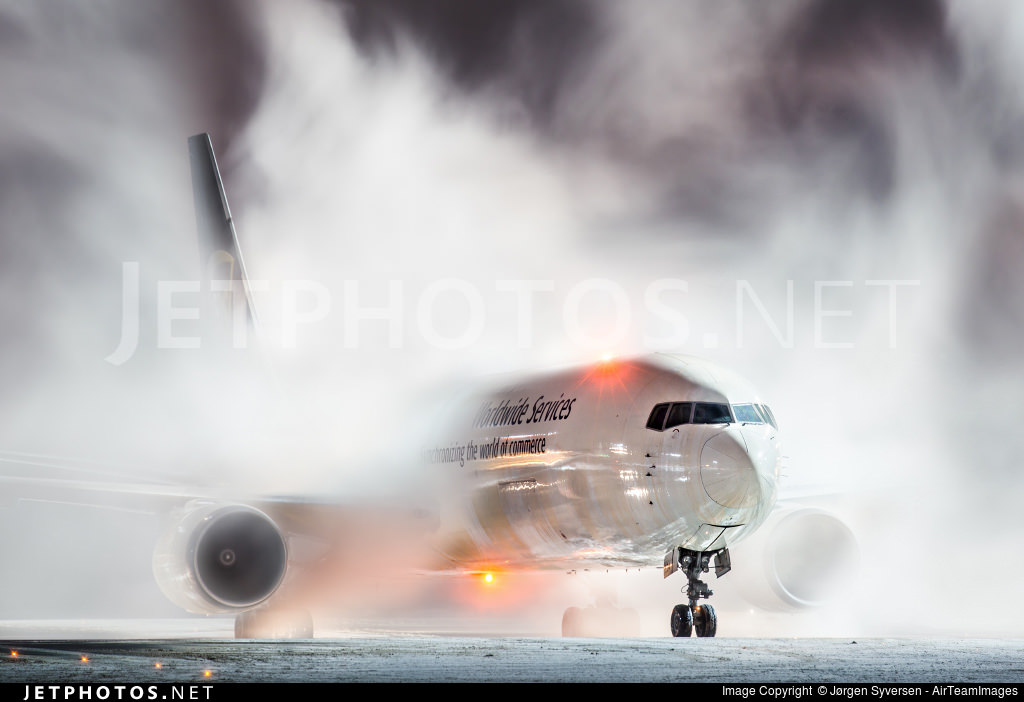 A UPS 767 finishes deicing in Oslo.