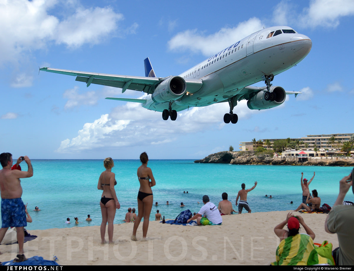 A United Airlines Airbus A320 landing in Sint Maarten.