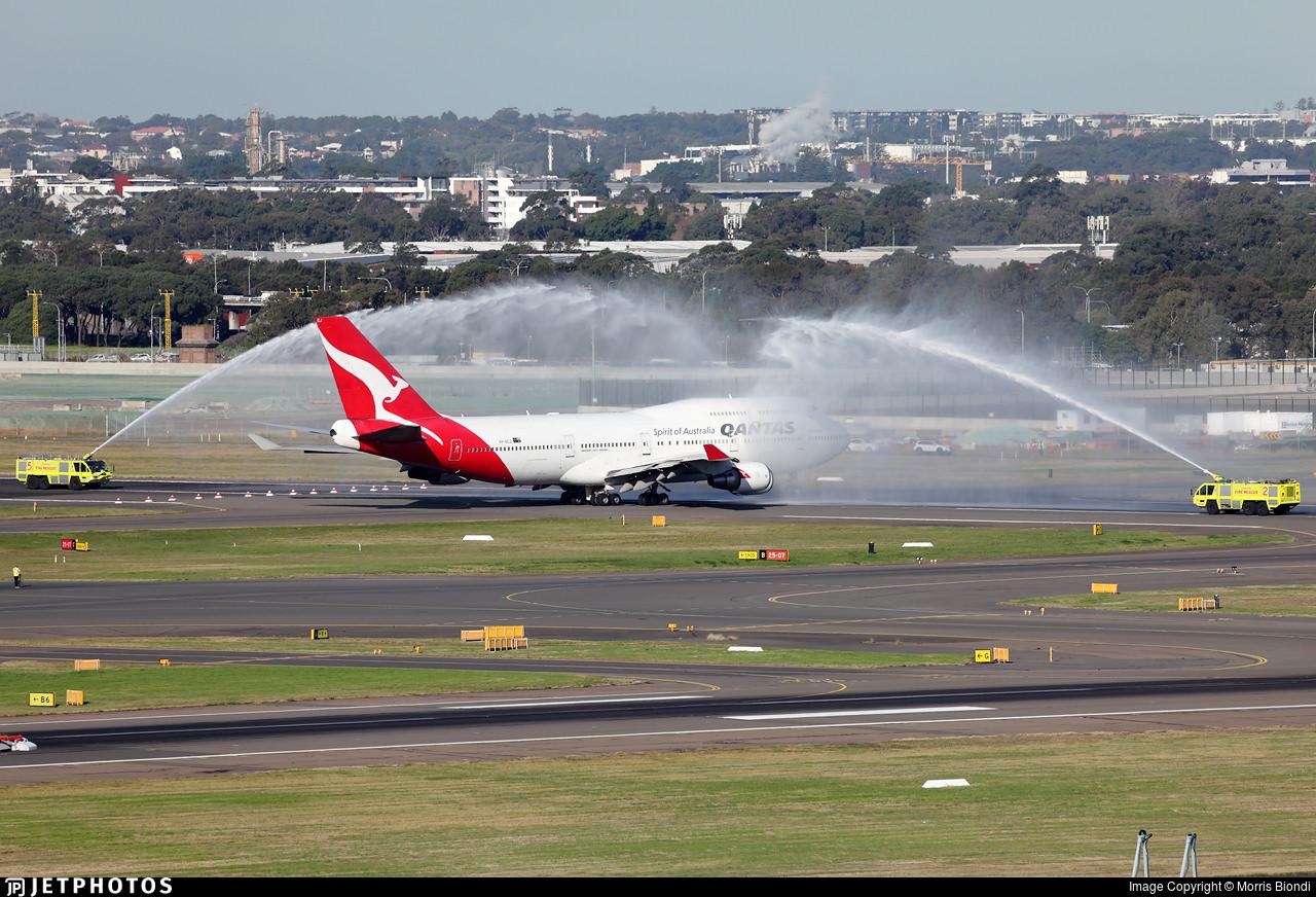 Qantas 747 receives water salute
