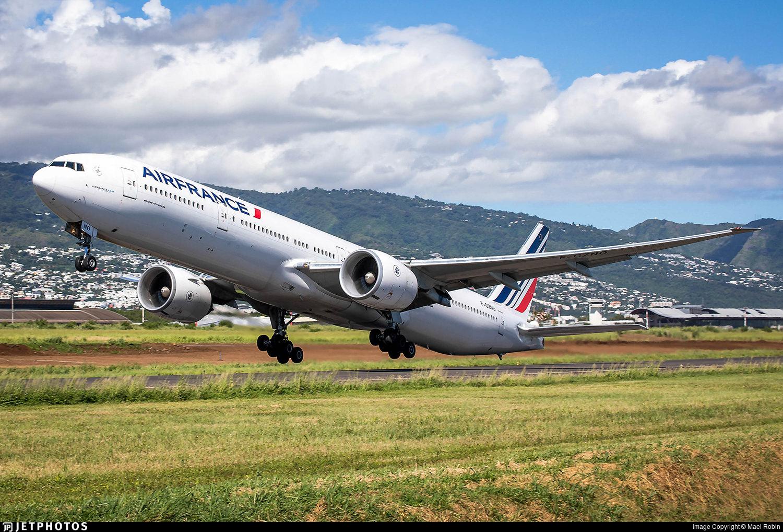 Air France 777 departing Saint Denis