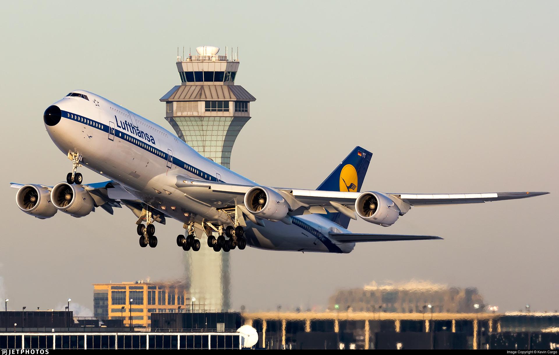 Lufthansa 747 in retro jet livery departing Chicago