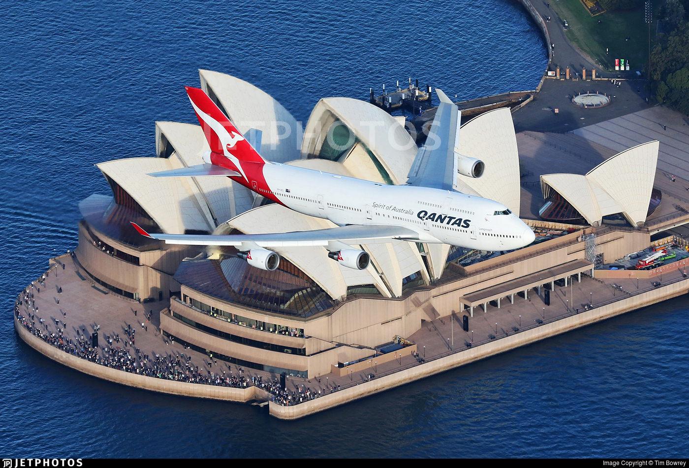 Qantas' last 747 in flight over the Sydney Opera House
