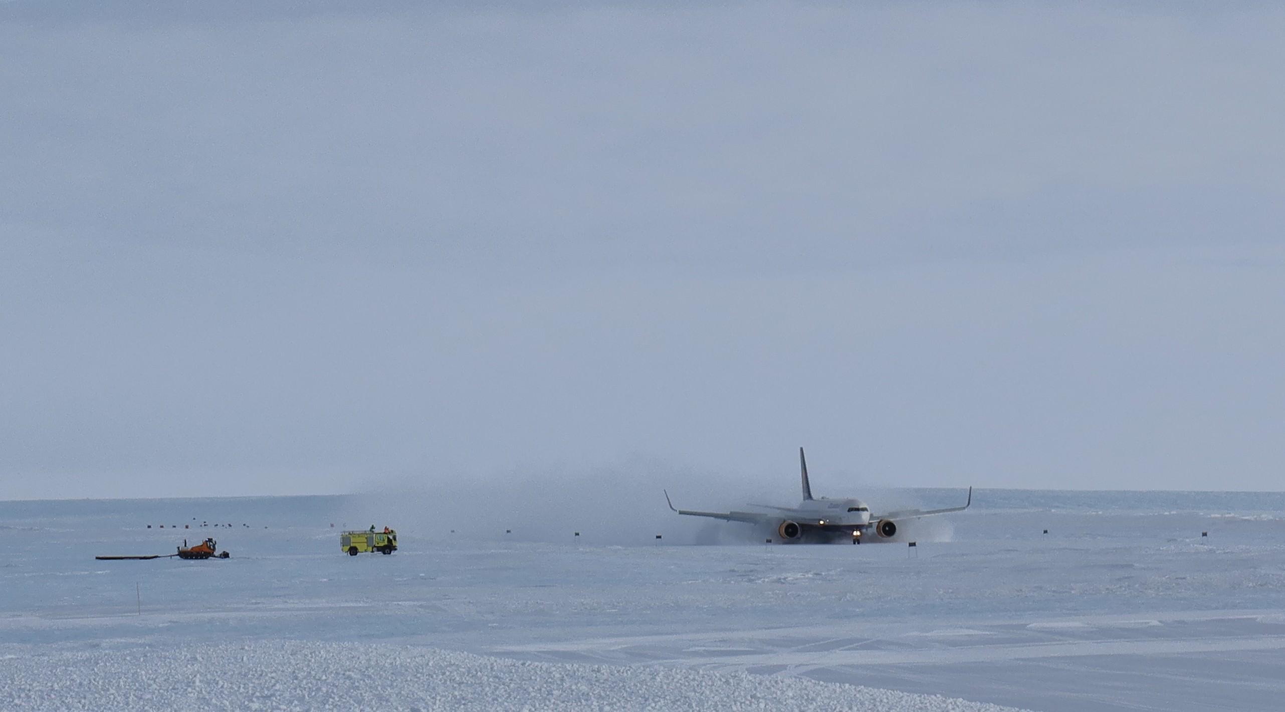Icelandair 767 TF-ISN landing at Troll Airfield